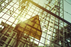 Hochspannungselektrizität 3D Gefahr des Todes Zeichen mit Text auf spanisch Lizenzfreies Stockfoto