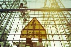 Hochspannungselektrizität 3D Gefahr des Todes Zeichen mit Text auf spanisch Stockbild