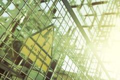 Hochspannungselektrizität 3D Gefahr des Todes Zeichen mit Text auf spanisch Stockbilder