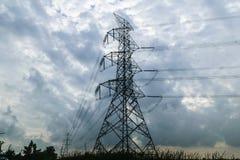 Hochspannungsenergiemasten und -überwendlingsnaht lizenzfreies stockfoto