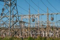 Hochspannungskraftwerk mit hohen Türmen und Drähten, industrieller Stromhintergrund stockfotos