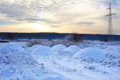 Hochspannungsleitungen bei Sonnenaufgang in einem Winter Schönes Bild des Winters landscape Lizenzfreie Stockfotos