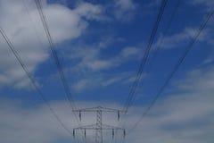 Hochspannungsleitungen gegen blauen Himmel und clou Stockbilder