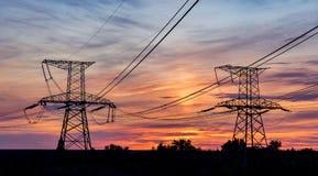 Hochspannungsleitungen Stromverteilungsstation Elektrischer HochspannungsFreileitungsmast Verteilung elektrisch stockfoto