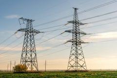 Hochspannungsleitungen Stromverteilungsstation Elektrischer HochspannungsFreileitungsmast Verteilung elektrisch stockfotos