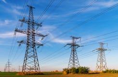 Hochspannungsleitungen Stromverteilungsstation Elektrischer HochspannungsFreileitungsmast Verteilung elektrisch lizenzfreies stockbild