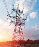 Hochspannungsleitungen Stromverteilungsstation Elektrischer HochspannungsFreileitungsmast Verteilung elektrisch stockbilder