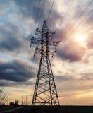 Hochspannungsleitungen Stromverteilungsstation Elektrischer HochspannungsFreileitungsmast Verteilung elektrisch stockbild