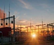Hochspannungsleitungen Stromverteilungsstation Elektrischer HochspannungsFreileitungsmast Verteilung elektrisch stockfotografie