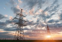 Hochspannungsleitungen Stromverteilungsstation Elektrischer HochspannungsFreileitungsmast Verteilung elektrisch lizenzfreie stockbilder