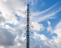 Hochspannungsleitungen und Isolatoren über Himmelhintergrund Stockbilder