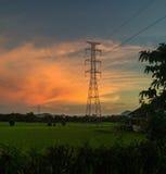 Hochspannungsleitungen und terassenförmig angelegtes Reisfeld des Grüns Lizenzfreie Stockfotos