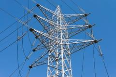 Hochspannungsleitungen vor einem blauen Himmel Lizenzfreie Stockfotografie