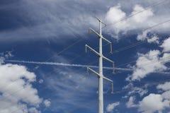 Hochspannungsleitungen vor Wolken und blauem Himmel Stockfoto