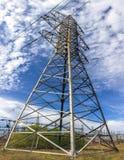 Hochspannungslinie mit elektrischen Masten auf dem Hintergrund von clou Lizenzfreie Stockfotos