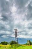 Hochspannungslinie und bewölkter Himmel stockfotos