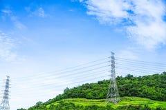 Hochspannungspfosten mit Drähten auf dem Hügel Stromleitung auf Mast stockfotografie