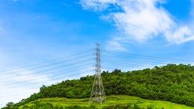 Hochspannungspfosten mit Drähten auf dem Hügel Stromleitung auf Mast lizenzfreie stockfotografie
