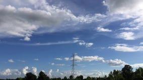 Hochspannungspfosten und Wolken TimeLapse stock video