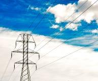 Hochspannungspfostenfreileitungsmast des Stroms mit acht Drähten auf bewölktem blauem Himmel Horizontale Abbildung stockfoto