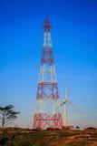 Hochspannungsstahlkonstruktion towerand Windkraftanlage Lizenzfreies Stockfoto