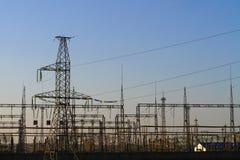Hochspannungstürme mit Himmelhintergrund - industrielles Bild stockfotos