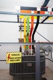 Hochspannungstransformator mit Warnzeichen Stockfotos