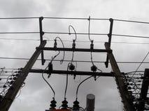 Hochspannungstransformatoren sind zu Hause, Strommaste Lizenzfreies Stockfoto