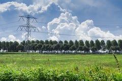 Hochspannungsturm in den Wiesen von Alblasserwaard, Bleskensgraaf, die Niederlande stockfotografie
