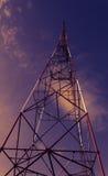Hochspannungsturm gegen blauen Himmel Stockbild