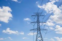 Hochspannungsturm oder blauer Himmel Stockfoto