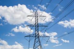 Hochspannungsturm oder blauer Himmel Stockfotografie