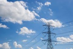 Hochspannungsturm oder blauer Himmel Stockfotos
