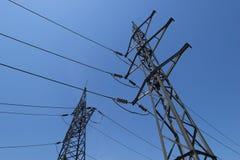 Hochspannungsturm und elektrische Linien Stockfotografie