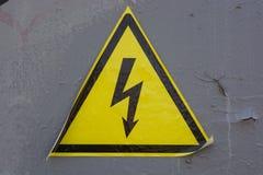 Hochspannungszeichen auf grauer Wand Lizenzfreies Stockfoto