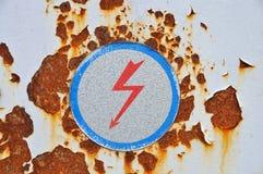 Hochspannungszeichen auf rostigem Metall Lizenzfreies Stockbild