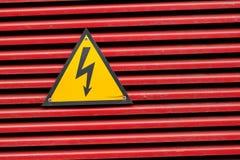 Hochspannungszeichen für das Warnen stockfotos