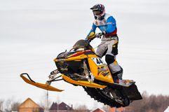 Hochsprung des Sportlers auf Schneemobil fahrung lizenzfreies stockfoto