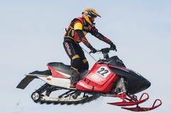 Hochsprung des Sportlers auf Schneemobil fahrung Lizenzfreie Stockfotos