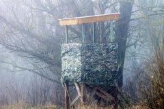 Hochstand im Wald im Nebel Stockfotos