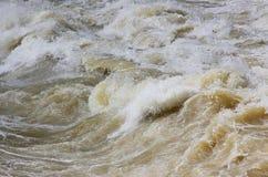 Hochwasser mit Stromschnellen lizenzfreies stockbild