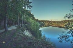 Hochwasserniveau im Fluss Gauja, nahe Valmiera-Stadt in Lettland S Stockbild