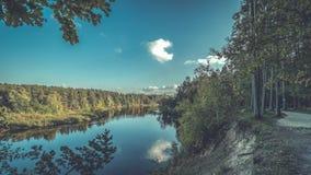 Hochwasserniveau im Fluss Gauja, nahe Valmiera-Stadt in Lettland S Lizenzfreie Stockfotos