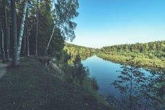 Hochwasserniveau im Fluss Gauja, nahe Valmiera-Stadt in Lettland S Lizenzfreie Stockbilder