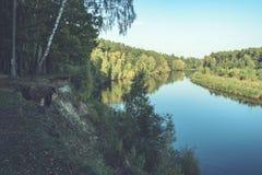Hochwasserniveau im Fluss Gauja, nahe Valmiera-Stadt in Lettland S Stockfoto