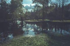 Hochwasserniveau im Fluss Gauja, nahe Valmiera-Stadt in Lettland S Lizenzfreies Stockfoto