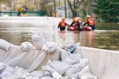Hochwasserschutz-Sandsäcke Stockfotos