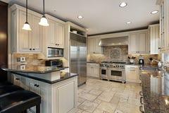 Hochwertige Küche mit Frühstückstab Lizenzfreie Stockfotografie