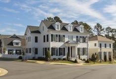 Hochwertiges weißes Familienhaus auf Straßenecke Lizenzfreie Stockfotos