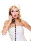hochzeit Überraschte Frauenbraut, die am Telefon spricht Stockfoto